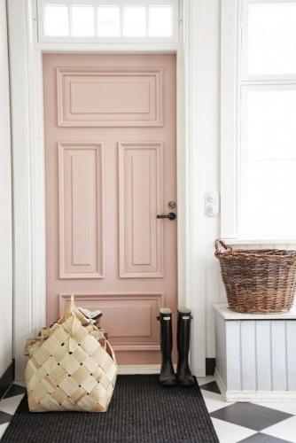 Usa intrare culoare roz cuart si pereti albi