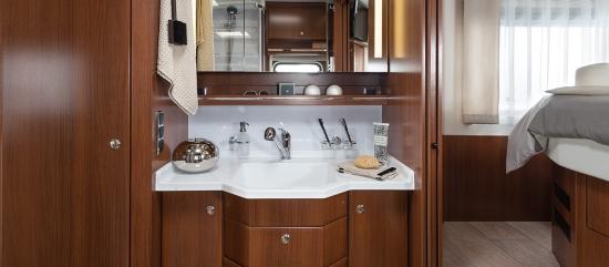 Zona de baie cu lavoare si masca cu sertare