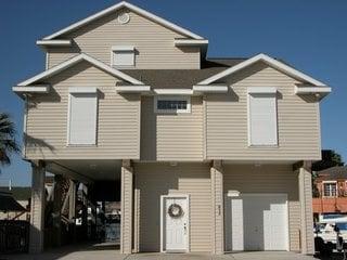Casa cu rulorui exterioare albe si usa de garaj automata