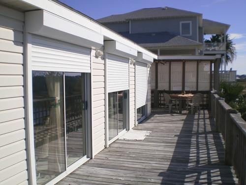 Exterior modern de casa cu rulouri albe din aluminiu cu plasa cu aceiasi caseta cu lamelele
