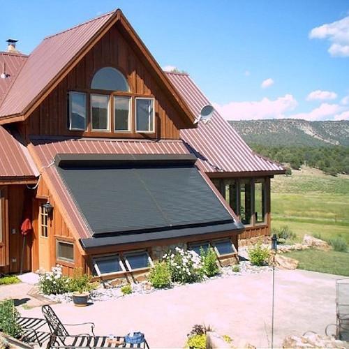 Rulou de exterior maro inchis din aluminiu pentru o fereastra pe acoperis