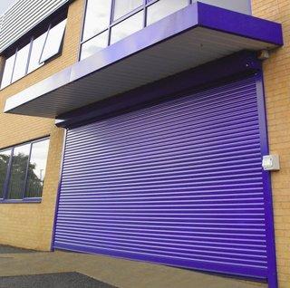 Rulouri exterioare si usa de garaj din aluminiu vopsit electrostatic in albastru aprins