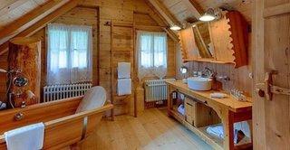 Baie cu mobilier din lemn masiv