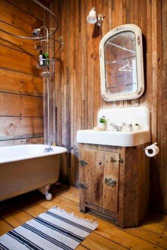 baie vintage folosing ca element central o oglinda vintage