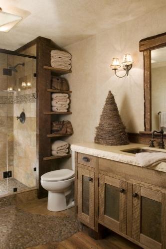 rafturi din lemn antichizat intr-o baie cu design rustic