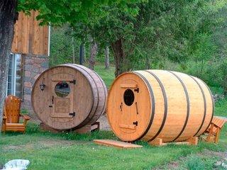 Saune rustice tip butoi din lemn