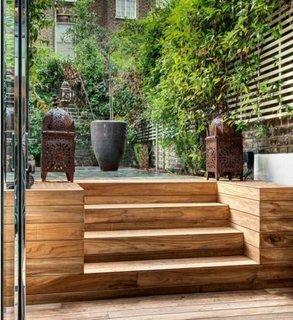 Gradina cu terasa si scari de lemn