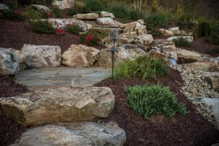 Aranjament cu roci mari pentru gradina