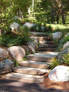 Lespezi din piatra ca trepte pentru scara de exterior
