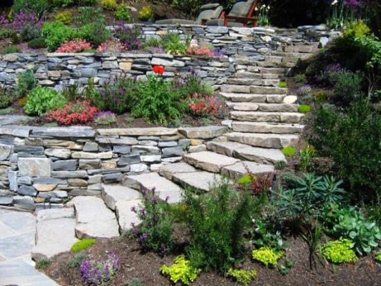 Paturi de flori cu bordura de piatra de munte