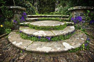 Scari exterioare frumoase cu piatra si flori