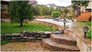 Trepte de piatra date cu lac