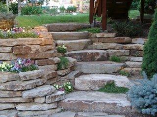 Trepte din lespezi de piatra si flori