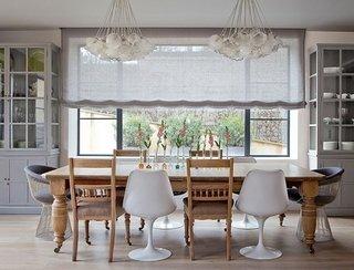 Masa dining cu diferite tipuri de scaune