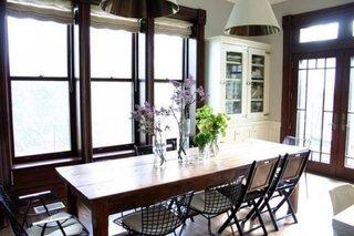 Bucatarie cu loc de luat masa rustic cu masa din lemn masiv si scaune bertoia