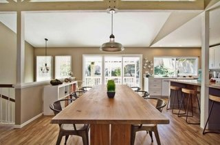 Dinning amenajat cu scaune model de bistro si masa masiva din lemn