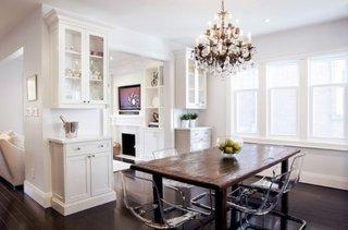 Dinning open space cu masa simpla din lemn si scaune transparente tobias