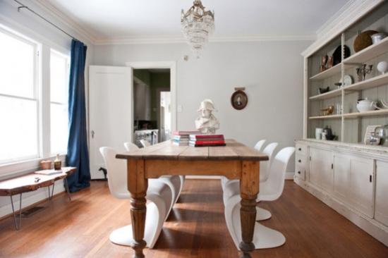 Dinning zugravit cu alb si masa din lemn masiv cu picioare sculptate si scaune albe din plastic pant