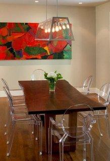 Loc pentru luat masa compus din masa rustica din lemn si scaune Ghost transparente