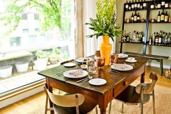 masa din lemn cu sertar si scaune aurii cu design modern