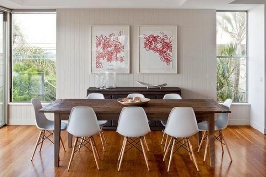 Parchet din stejar masiv masa rustica din lemn si scaune cu sezut din plastic alb Eames