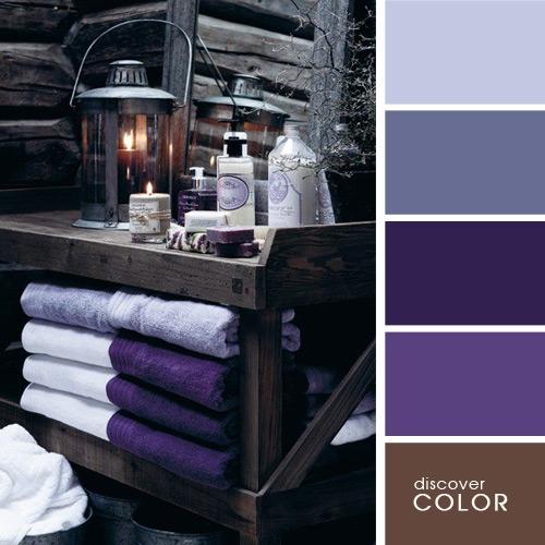 Mobilier de baie gri si elemente decorative violet