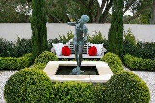 Decorare eleganta a spatiului exterior cu statueta