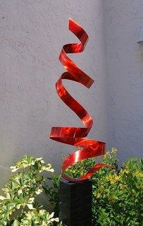 Decoratiune abstracta de gradina asezata printre flori