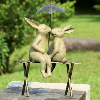 Modele figurine de gradina doi iepuri sub o umbrela