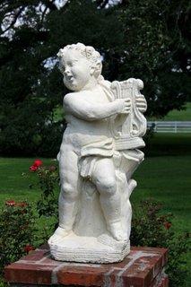Sculptura din piatra copil care canta la un instrument