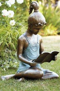 Statueta de bronz fetita care citeste decoratiune exterioara