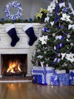 Semineu alb decorat cu ciorapi albastri mari