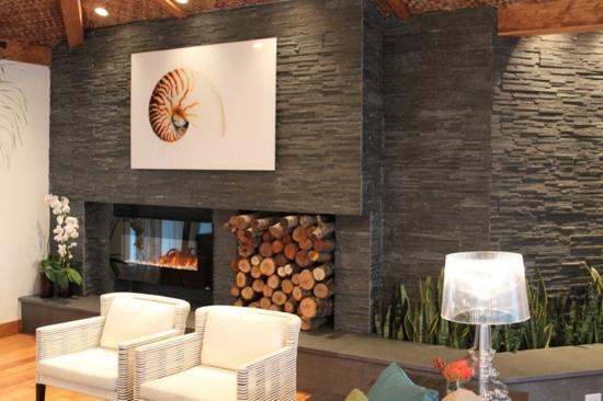 Design modern in living cu semineu electric in perete placat cu piatra gri