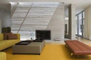 Living modern cu semineu electric incastrat in perete placat cu piatra decorativa lamelara