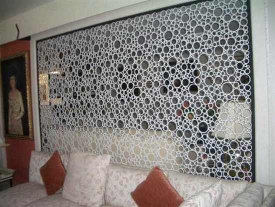 Separare bucatarie de living prin perete cu bucati de tevi PVC lipite