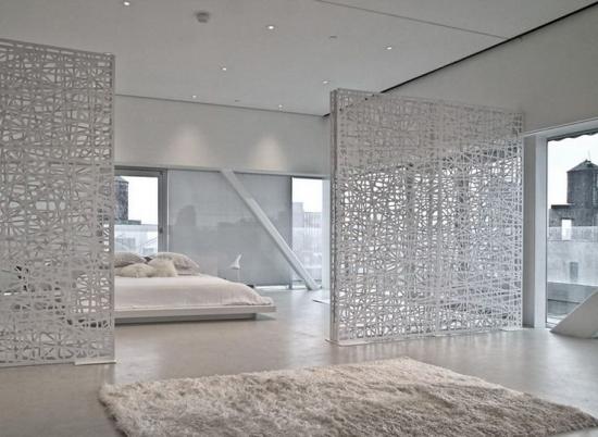 Camera all-white cu separatoare din plastic