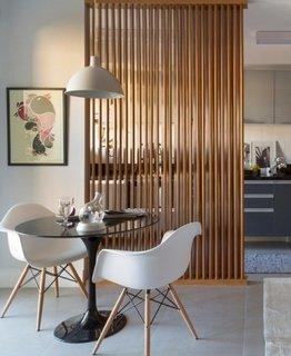 Separarea prin perete partial din tevi de cupru in designul minimalist