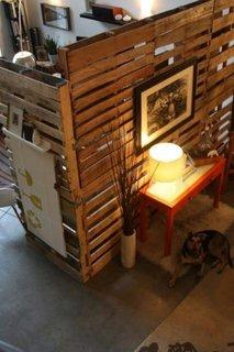 Separarea unei camere cu design industrial prin folosirea paletilor