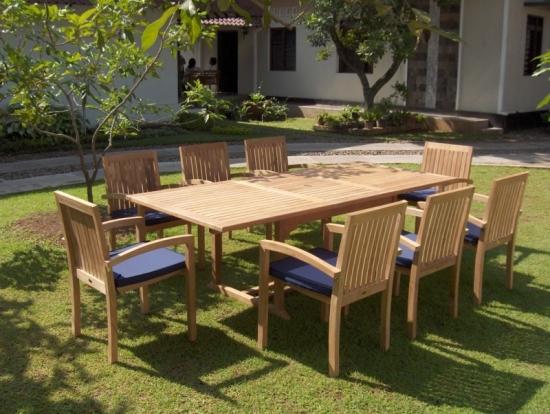 Masa extensibila din lemn pentru gradina si scaune cu perne decorative