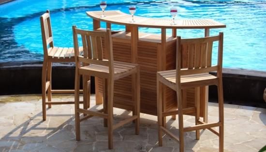 Minibar din lemn pentru terasa cu scaune de bar inalte