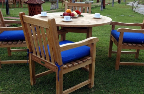 Set de mobilier de gradina cu masa rotunda din lemn si 4 fotolii cu perne