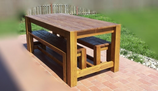 Set pentru terasa compus din masa cu bancute, confectionat din lemn masiv - o alegere durabila la un pret imbatabil
