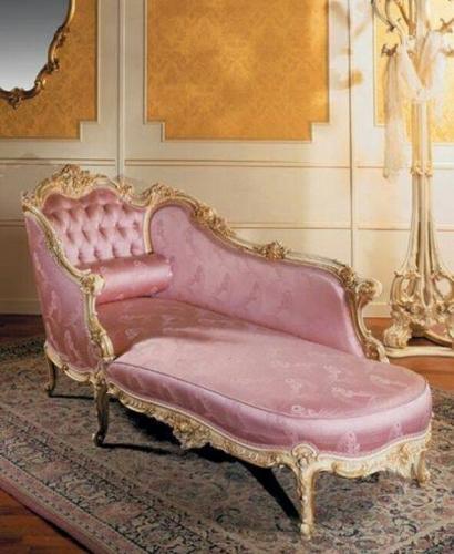 Pat de zi cu tapiterie roz de matase model clasic