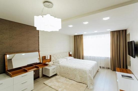 Dormitor cu decor alb-maro