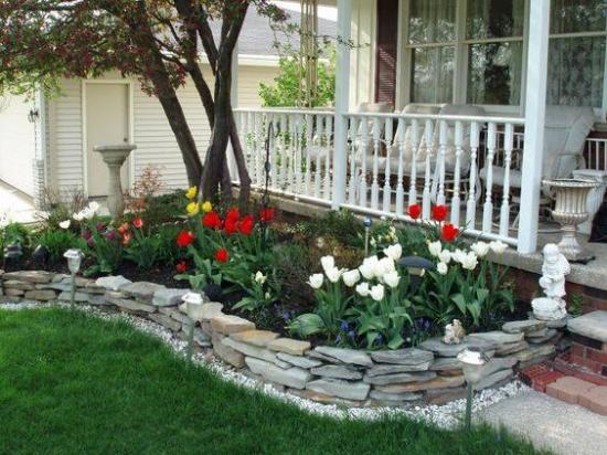 Rond de flori din piatra cu flori colorate
