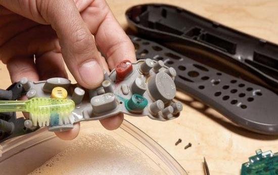 Cum sa iti repari singur o telecomanda stricata - este floare la ureche
