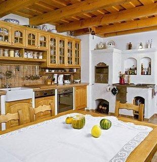 Bucatarie rustica cu soba cu plita pentru gatit