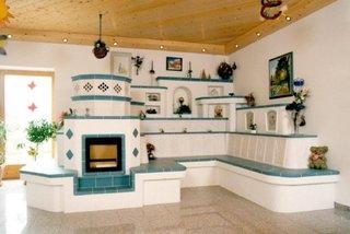 Soba de lut moderna cu prelungire de mobilier placat cu teracota