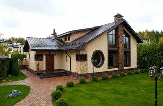 Casa cu soclu de piatra