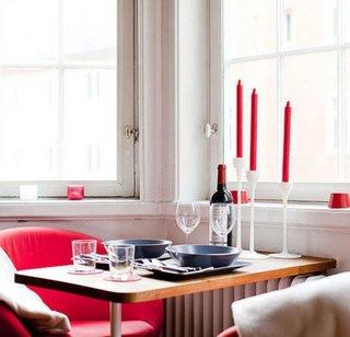 Culoarea rosie ca si accent in decor alb cu negru